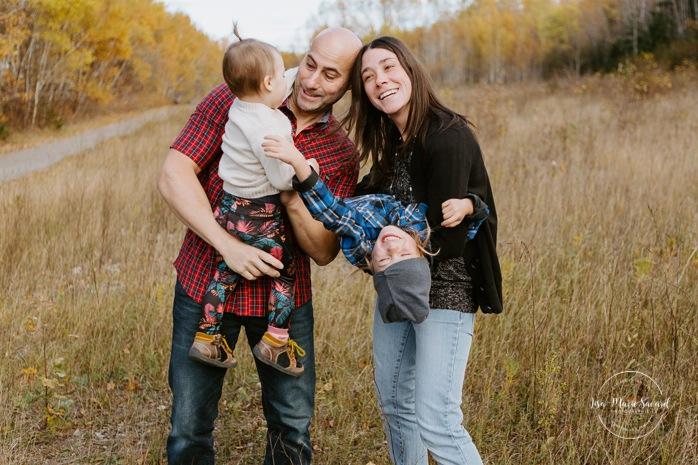 Fall family photos. Autumn family session. Parents tickling children. Tickle fight photos. Minis séances d'automne au Saguenay. Photos de famille à Jonquière. Saguenay family photographer.