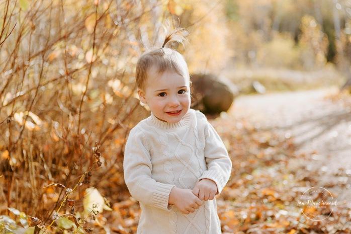 Fall family photos. Autumn family session. Toddler girl smiling. Minis séances d'automne au Saguenay. Photos de famille à Jonquière. Saguenay family photographer.