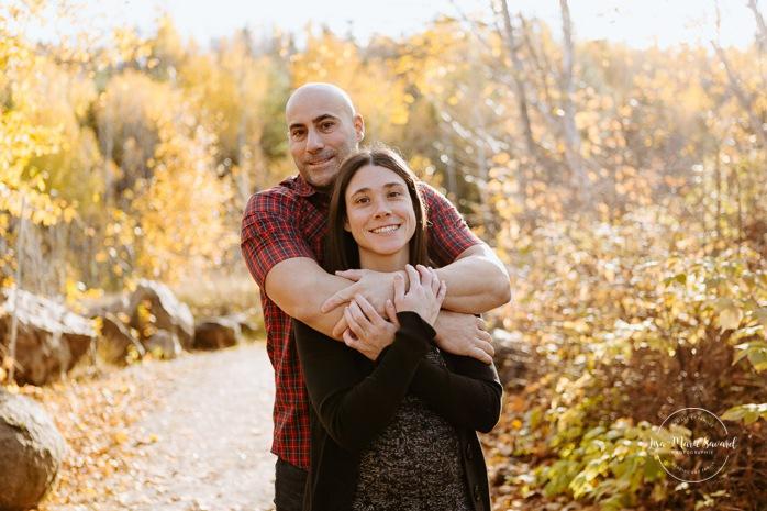 Fall family photos. Autumn family session. Parents hugging. Fall engagement photos. Fall romantic photos. Minis séances d'automne au Saguenay. Photos de famille à Jonquière. Saguenay family photographer.