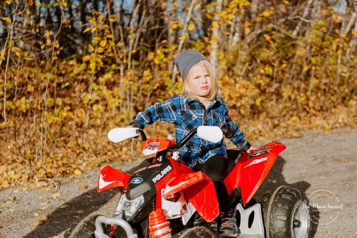 Fall family photos. Autumn family session. Little boy on toy quad. Little boy with toy car. Minis séances d'automne au Saguenay. Photos de famille à Jonquière. Saguenay family photographer.