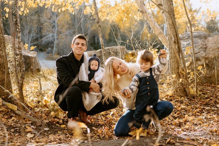 Fall family photos. Autumn family session. Family photos with toddler and baby. Parents playing with toddler son. Minis séances d'automne au Saguenay. Photos de famille à Jonquière. Saguenay family photographer.