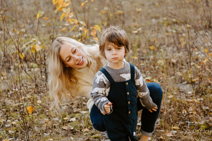 Fall family photos. Autumn family session. Family photos with toddler and baby. Mom playing with toddler son. Minis séances d'automne au Saguenay. Photos de famille à Jonquière. Saguenay family photographer.