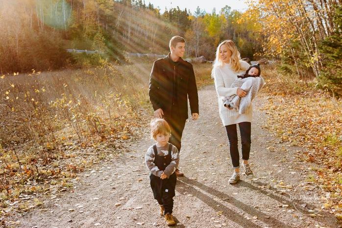Fall family photos. Autumn family session. Family photos with toddler and baby. Family walking towards camera with sun flare. Minis séances d'automne au Saguenay. Photos de famille à Jonquière. Saguenay family photographer.
