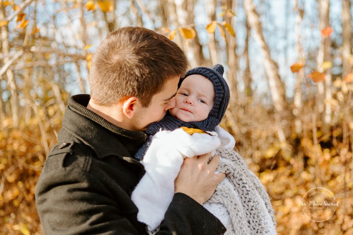 Fall family photos. Autumn family session. Family photos with toddler and baby. Dad kissing six months old baby girl. Minis séances d'automne au Saguenay. Photos de famille à Jonquière. Saguenay family photographer.