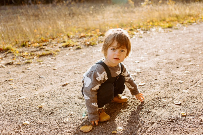 Fall family photos. Autumn family session. Family photos with toddler and baby. Toddler boy playing with rocks on the ground. Minis séances d'automne au Saguenay. Photos de famille à Jonquière. Saguenay family photographer.