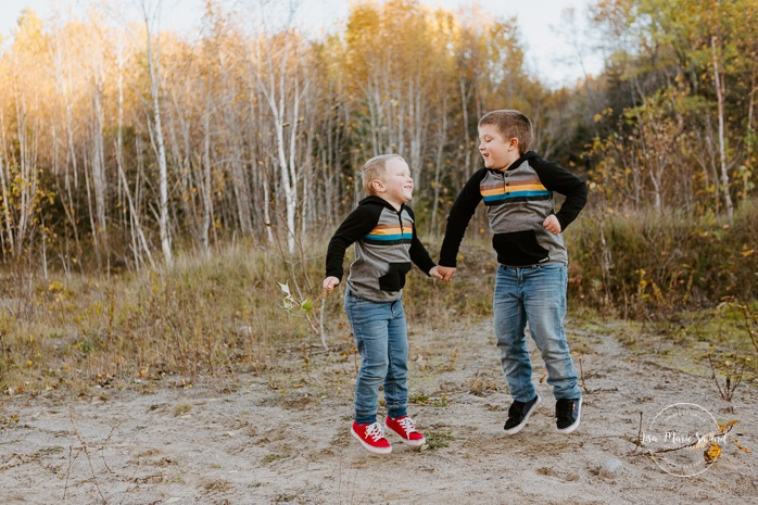 Fall family photos. Autumn family session. Brothers jumping together. Boys playing together. Siblings photos. Minis séances d'automne au Saguenay. Photos de famille à Jonquière. Saguenay family photographer.