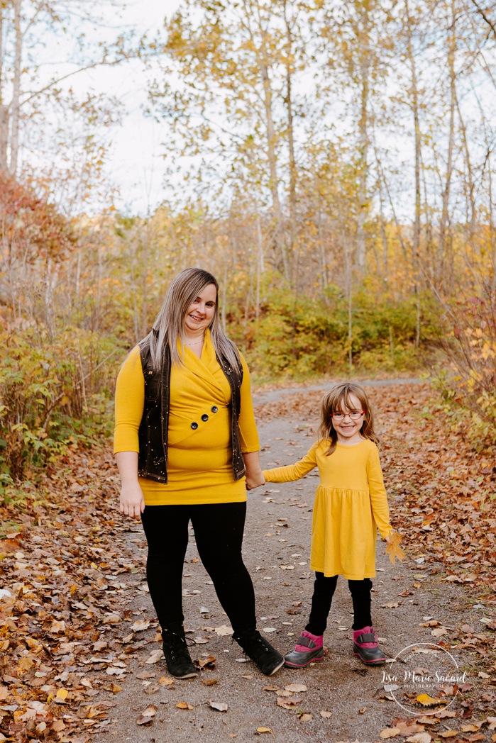 Fall family photos. Autumn family session. Mom and daughter photos. Single mom with daughter photos. Minis séances d'automne au Saguenay. Photos de famille à Jonquière. Saguenay family photographer.
