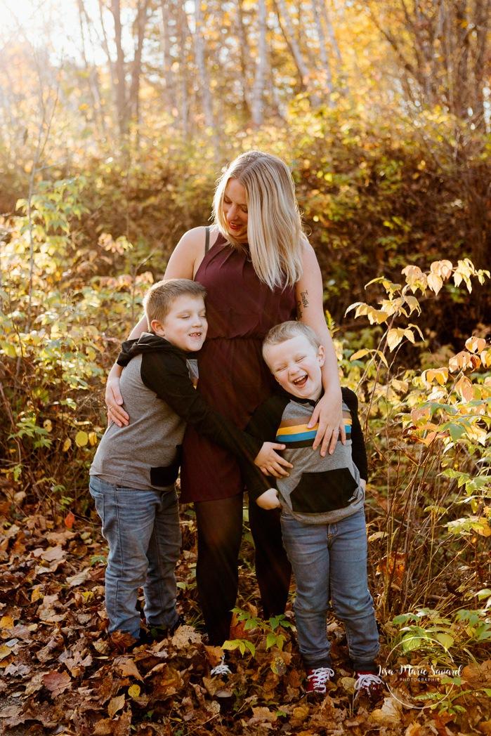 Fall family photos. Autumn family session. Mom with sons. Single mom with children. Minis séances d'automne au Saguenay. Photos de famille à Jonquière. Saguenay family photographer.