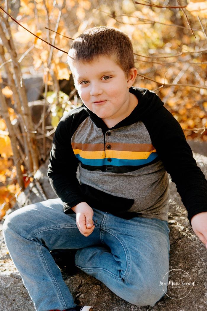 Fall family photos. Autumn family session. Boy smiling at the camera. Mischievous boy smiling. Minis séances d'automne au Saguenay. Photos de famille à Jonquière. Saguenay family photographer.