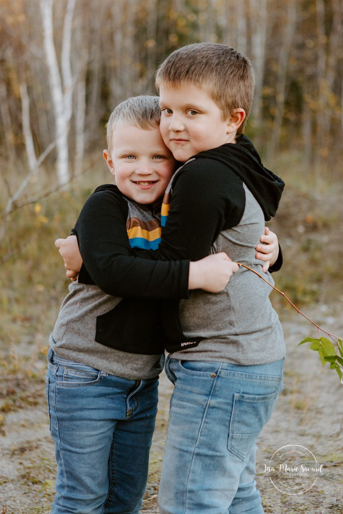 Fall family photos. Autumn family session. Brothers hugging each other. Boys playing together. Siblings photos. Minis séances d'automne au Saguenay. Photos de famille à Jonquière. Saguenay family photographer.