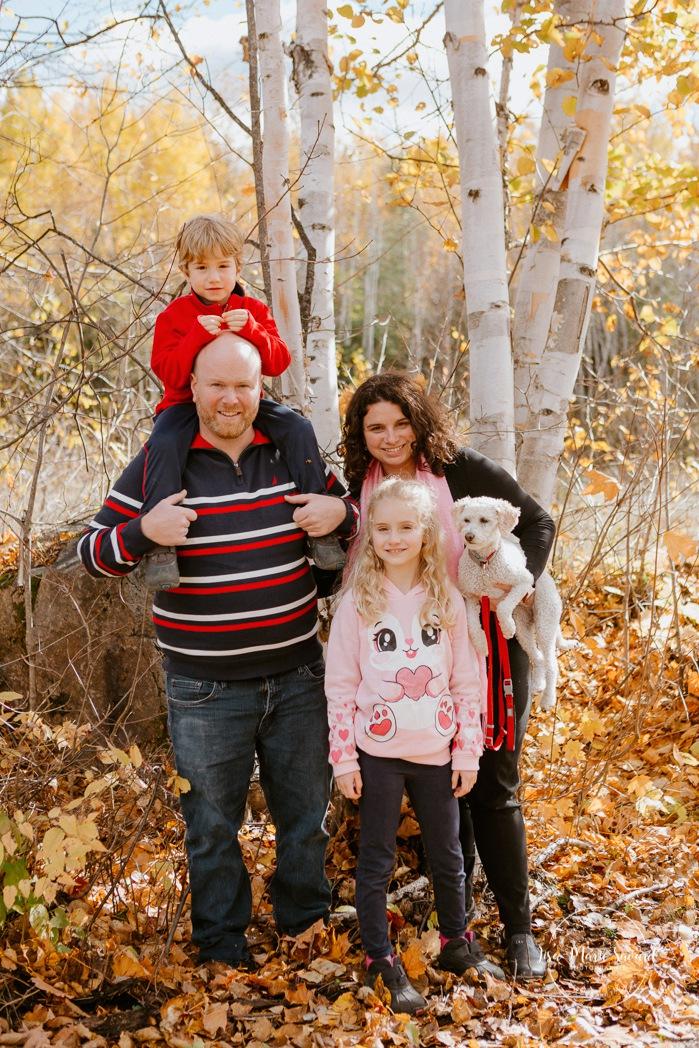 Fall family photos. Autumn family session. Family of four photos. Family photos with small dog. Minis séances d'automne au Saguenay. Photos de famille à Jonquière. Saguenay family photographer.