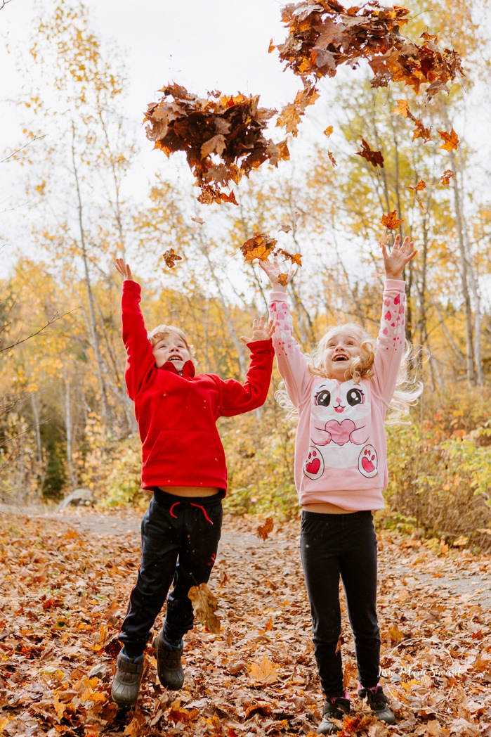 Fall family photos. Autumn family session. Family of four photos. Children throwing leaves in the air. Minis séances d'automne au Saguenay. Photos de famille à Jonquière. Saguenay family photographer.
