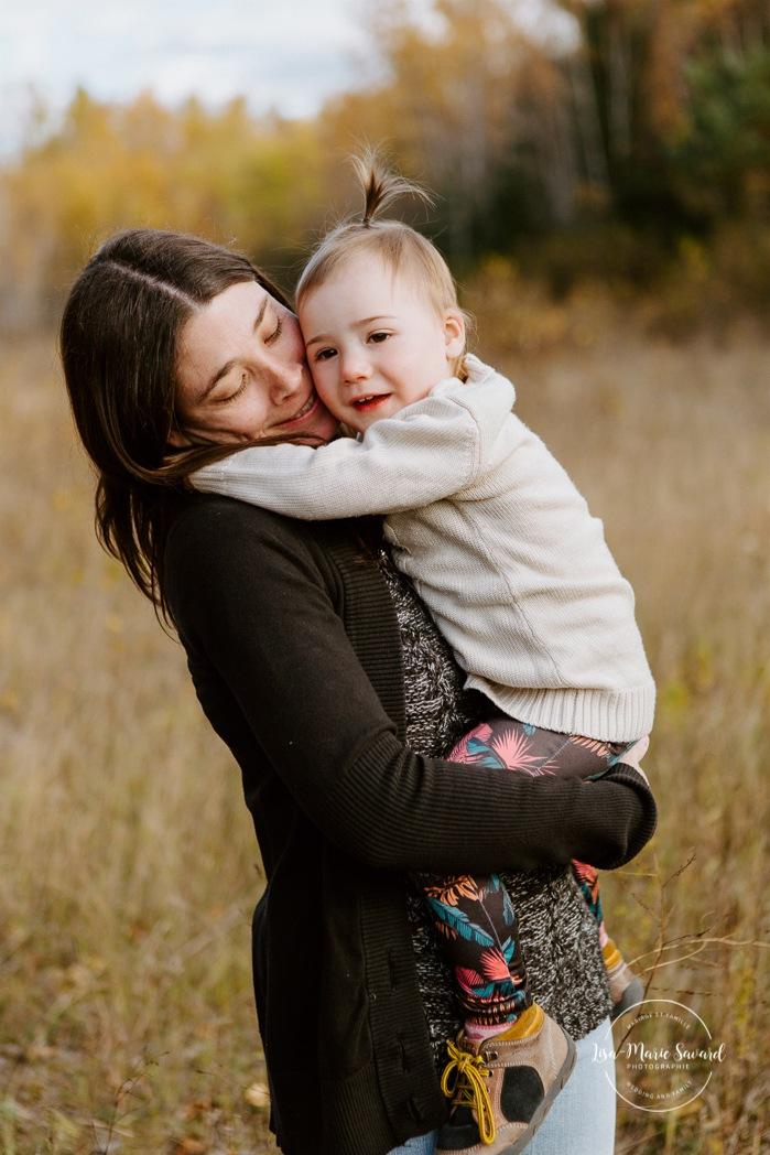 Fall family photos. Autumn family session. Mom hugging daughter. Mom and daughter photos. Minis séances d'automne au Saguenay. Photos de famille à Jonquière. Saguenay family photographer.