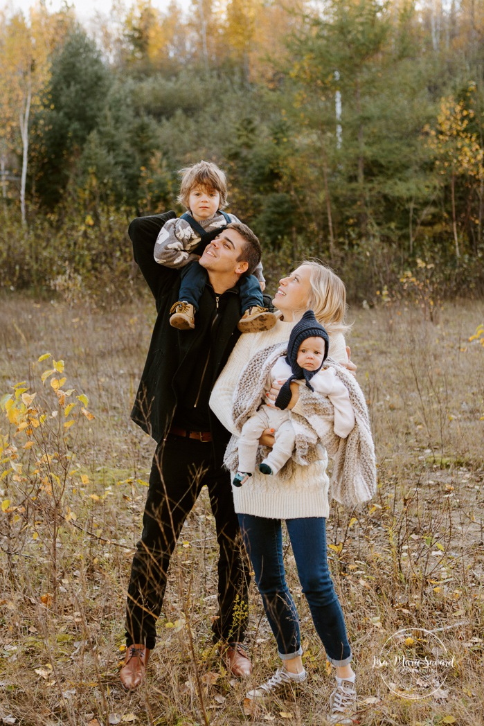 Fall family photos. Autumn family session. Family photos with toddler and baby. Parents playing with children. Minis séances d'automne au Saguenay. Photos de famille à Jonquière. Saguenay family photographer.