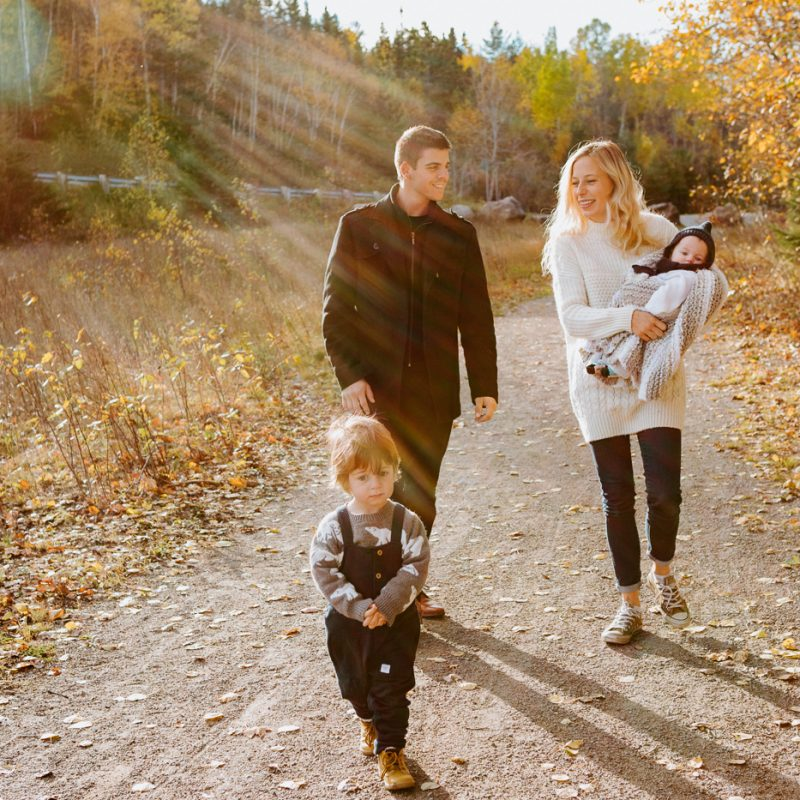 Fall family photos. Autumn family session. Family photos with toddler and baby. Family walking towards camera with sun flare. Minis séances d'automne au Saguenay. Photos de famille à Jonquière. Saguenay family photographer.