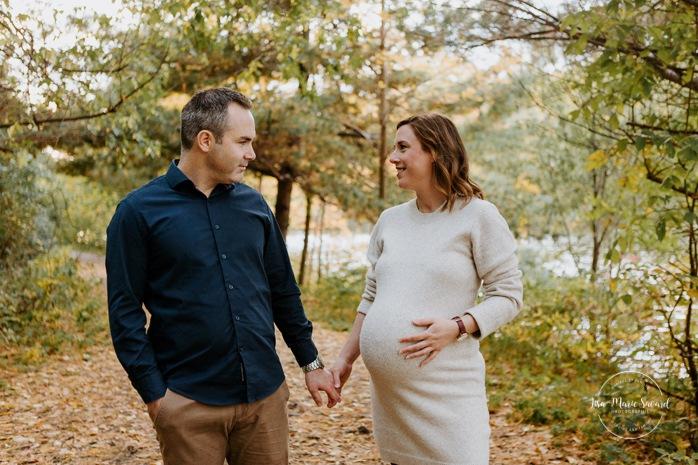Fall maternity photos. Fall maternity session. Maternity photos autumn leaves. Photos de grossesse à LaSalle. LaSalle pregnancy photos. Parc Angrignon. Angrignon Park.