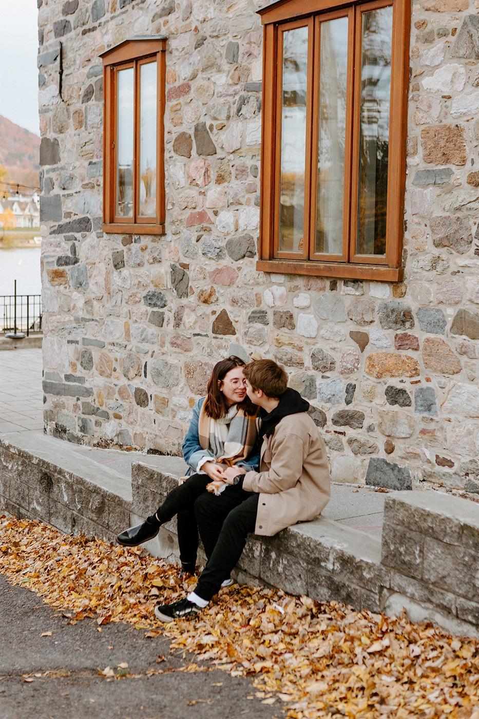 Photographe de fiançailles à Montréal. Photographe de couple à Montréal. Montreal engagement photographer. Montreal couple photographer. Romantic fall session in Montreal. Photographe Montérégie. Photographe Beloeil. Vieux-Beloeil.