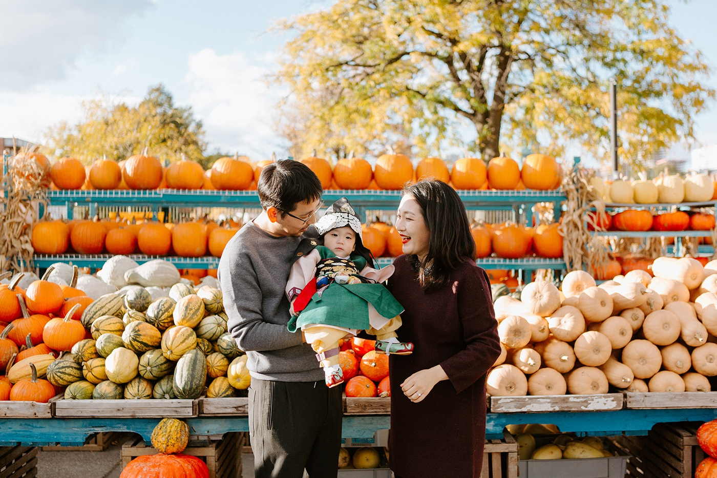 Public market session. Pumpkin farm family photos. Fall family photos. Fall family session. Traditional Korean baby outfit. Séance photo au Marché Atwater. Atwater Market photo session. Photographe de famille à Montréal. Montreal family photographer.