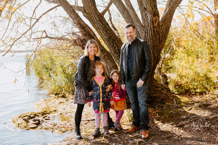 Fall family session. Fall family photos. Autumn family photos. Family session with two girls. Family photos next to river. Photos de famille à Verdun. Verdun family photos. Minis séances d'automne à Montréal. Montreal fall mini sessions