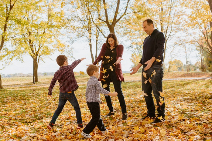 Fall family session. Fall family photos. Autumn family photos. Family session with two boys. Family photos next to river. Berges du fleuve Saint-Laurent. Minis séances d'automne à Montréal. Montreal fall mini sessions