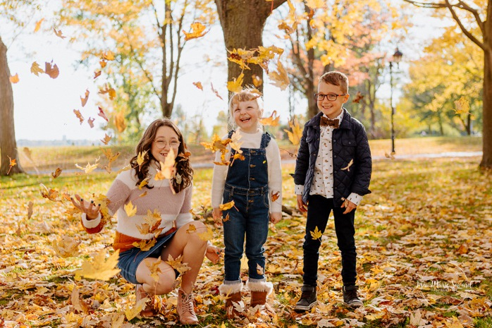 Fall family session. Fall family photos. Autumn family photos. Children playing with leaves. Photos de famille à Verdun. Verdun family photos. Minis séances d'automne à Montréal. Montreal fall mini sessions