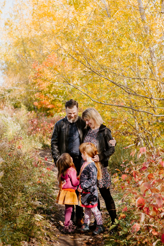 Fall family session. Fall family photos. Autumn family photos. Family session with two girls. Photos de famille à Verdun. Verdun family photos. Minis séances d'automne à Montréal. Montreal fall mini sessions