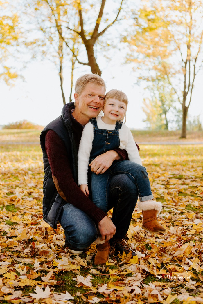 Fall family session. Fall family photos. Autumn family photos. Family photos with toddler girl. Photos de famille à Verdun. Verdun family photos. Minis séances d'automne à Montréal. Montreal fall mini sessions