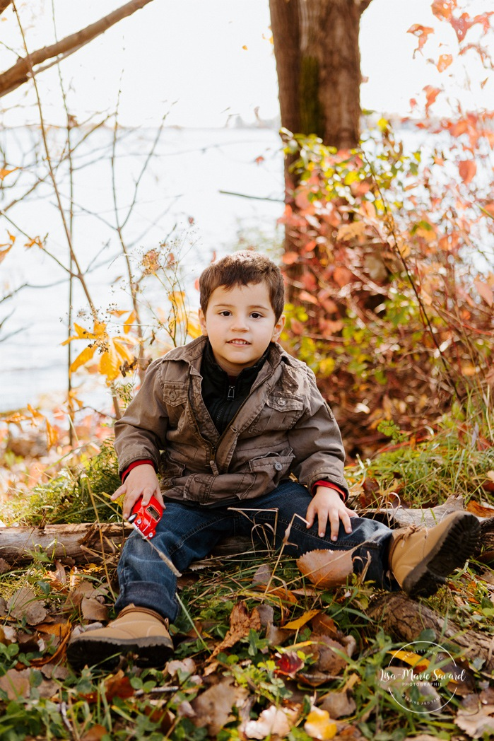Fall family session. Fall family photos. Autumn family photos. Same sex family photos. Family session with two moms. Lesbian family photos. Family photos next to river. Minis séances d'automne à Montréal. Montreal fall mini sessions