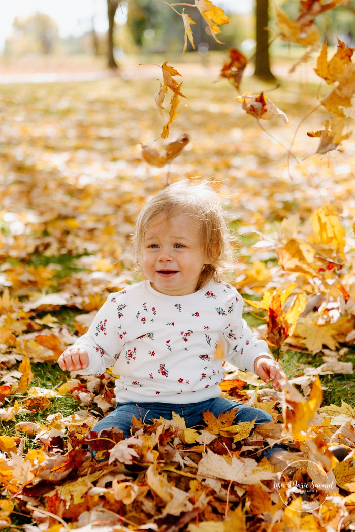 Fall family session. Fall family photos. Autumn family photos. Family session with toddler girl. Family photos next to river. Photos de famille à Verdun. Verdun family photos. Minis séances d'automne à Montréal. Montreal fall mini sessions