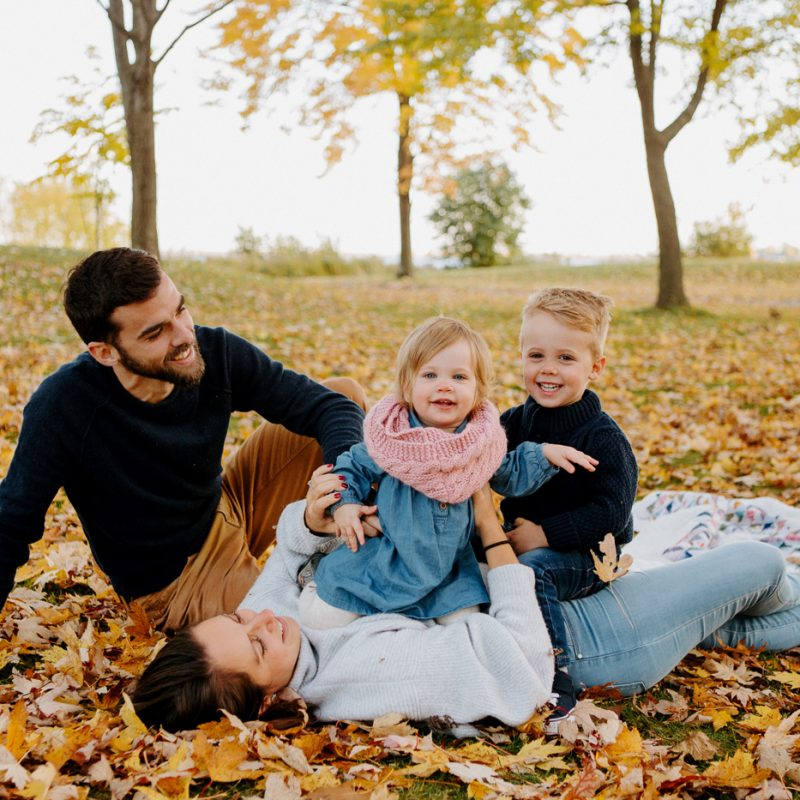 Fall family session. Fall family photos. Autumn family photos. Family photos with toddler boy and girl. Family photos with two children. Photos de famille à Verdun. Verdun family photos. Minis séances d'automne à Montréal. Montreal fall mini sessions