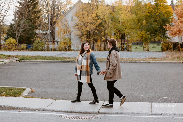 Fall engagement session. Fall engagement photos. Couple walking hand in hand in the street. Séance photo de couple en Montérégie. Séance photo Beloeil. Vieux-Beloeil. Photographe mariage Montérégie. South Shore engagement photographer. South Shore wedding photographer.