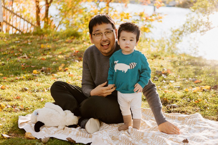 Fall family photos. Fall family session. Dad with baby photo. Korean family photos. Séance photo le long du Canal Lachine. Lachine Canal photoshoot. Photos de famille Canal Lachine. Lachine Canal family photos. Photographe de famille à Montréal. Montreal family photographer.
