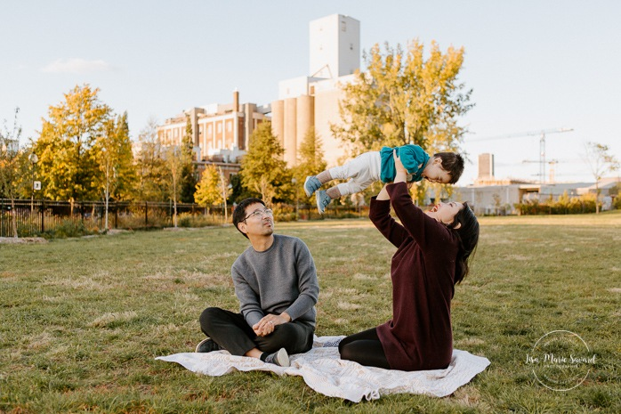 Fall family photos. Fall family session. Parents playing with baby. Korean family photos. Séance photo le long du Canal Lachine. Lachine Canal photoshoot. Photos de famille Canal Lachine. Lachine Canal family photos. Photographe de famille à Montréal. Montreal family photographer.