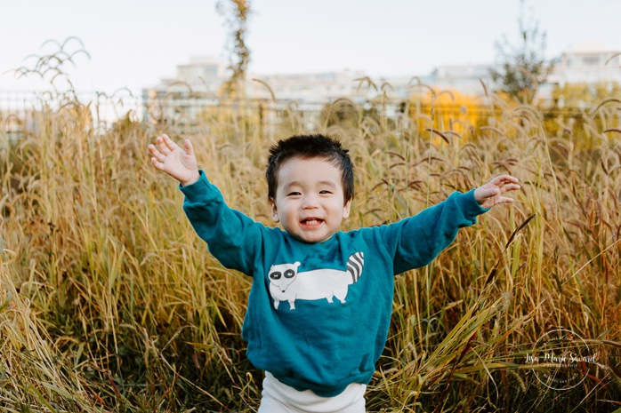 Fall family photos. Fall family session. Baby boy playing with tall grass. Korean family photos. Séance photo le long du Canal Lachine. Lachine Canal photoshoot. Photos de famille Canal Lachine. Lachine Canal family photos. Photographe de famille à Montréal. Montreal family photographer.