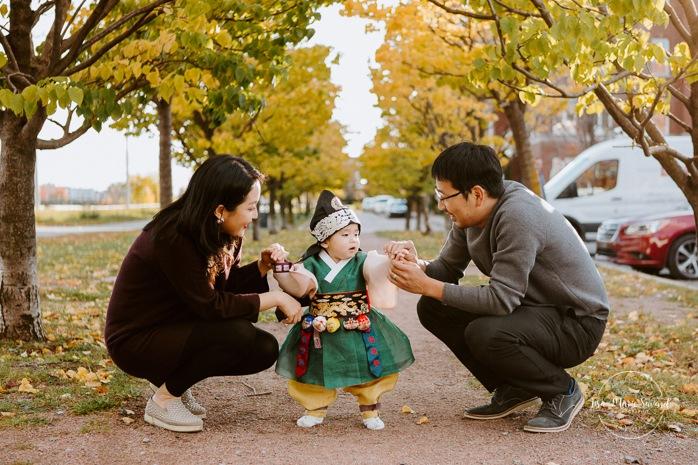 Fall family photos. Fall family session. Traditional Korean baby outfit. Séance photo au Marché Atwater. Atwater Market photo session. Photographe de famille à Montréal. Montreal family photographer.