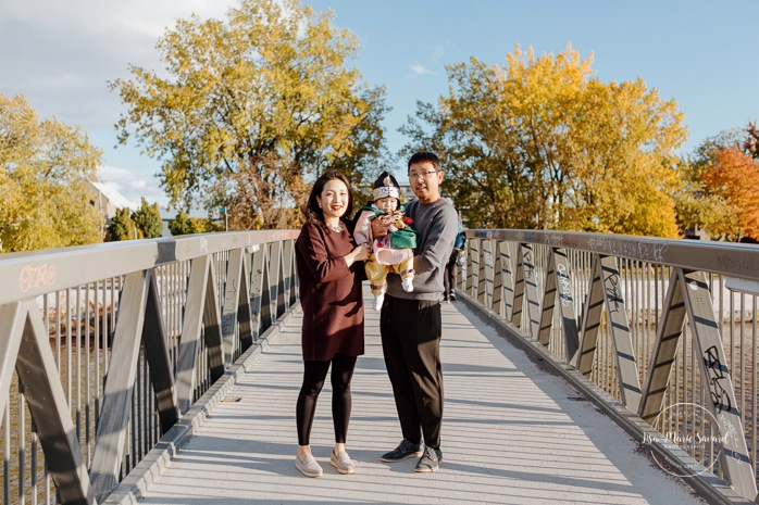 Fall family photos. Fall family session. Family photos on bridge. Korean family photos. Séance photo le long du Canal Lachine. Lachine Canal photoshoot. Photos de famille Canal Lachine. Lachine Canal family photos. Photographe de famille à Montréal. Montreal family photographer.