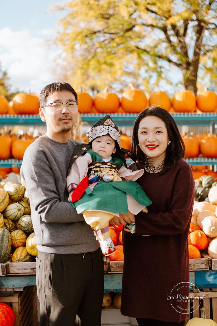 Public market session. Pumpkin farm family photos. Fall family photos. Fall family session. Traditional Korean baby outfit. Séance photo au Marché Atwater. Atwater Market photo session. Photographe de famille à Montréal. Montreal family photographer.