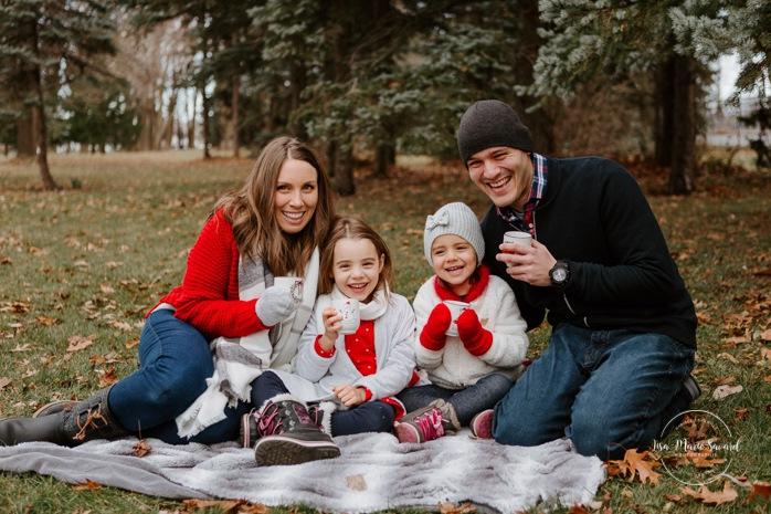Outdoor Christmas mini sessions. Christmas tree farm session. Outdoor winter mini sessions. Holiday family photos. Family photos two children. Sibling photos sisters. Minis séances des Fêtes 2020. Photos de Noël à Montréal. Montreal Christmas photos.