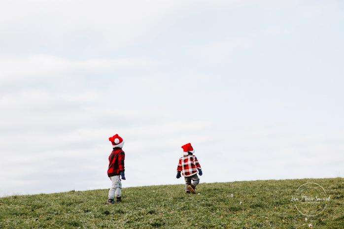 Outdoor Christmas mini sessions. Christmas tree farm session. Outdoor winter mini sessions. Holiday family photos. Family photos two children. Sibling photos brothers. Minis séances des Fêtes 2020. Photos de Noël à Montréal. Montreal Christmas photos.