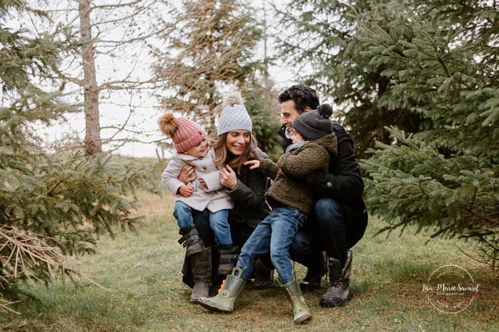 Outdoor Christmas mini sessions. Christmas tree farm session. Outdoor winter mini sessions. Holiday family photos. Family photos two children. Sibling photos brother and sister. Minis séances des Fêtes 2020. Photos de famille hivernales à Montréal. Photos de Noël à Montréal. Montreal Christmas photos.