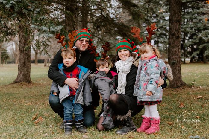 Outdoor Christmas mini sessions. Christmas tree farm session. Outdoor winter mini sessions. Holiday family photos. Family photos three children. Sibling photos brother and sister. Minis séances des Fêtes 2020. Photos de Noël à Montréal. Montreal Christmas photos.
