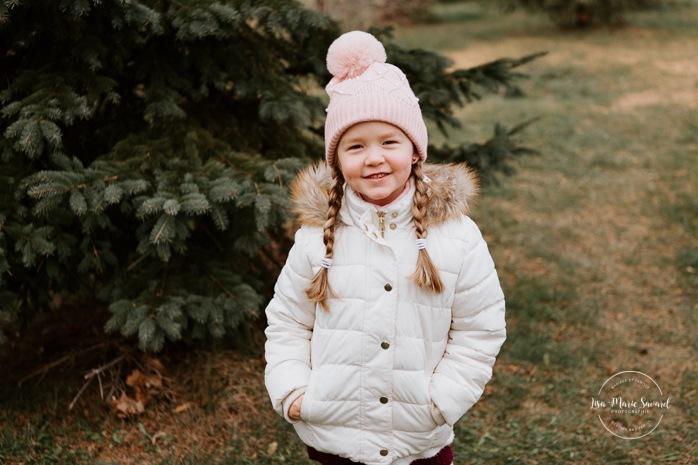 Outdoor Christmas mini sessions. Christmas tree farm session. Outdoor winter mini sessions. Family photos three girls. Sibling photos little sisters. Minis séances des Fêtes 2020. Photos de Noël à Montréal. Montreal Christmas photos.