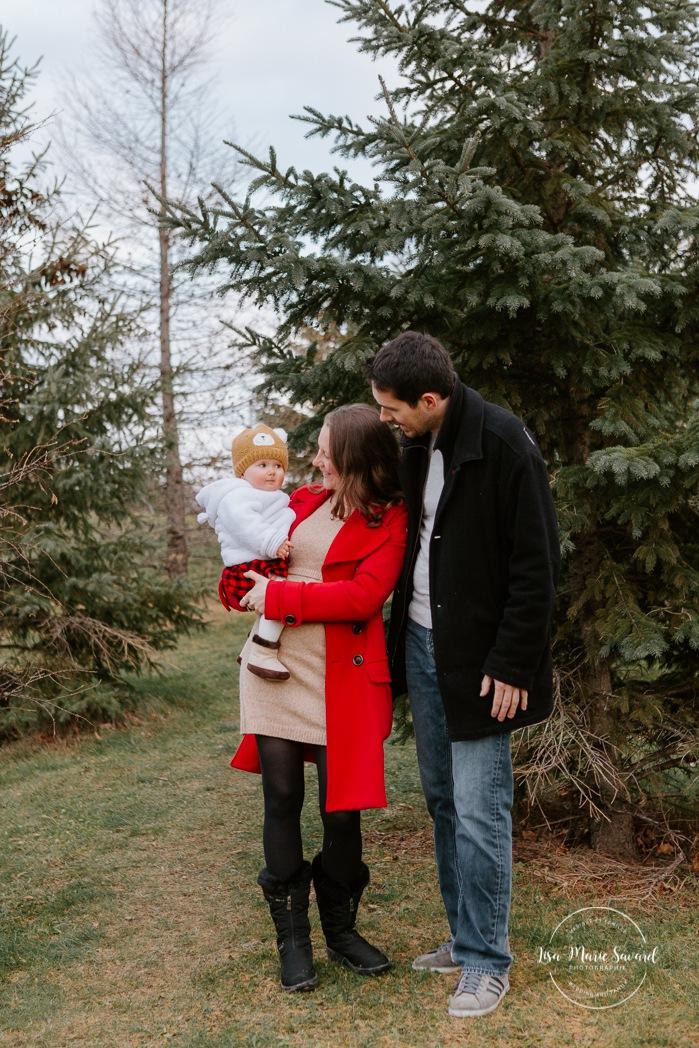 Outdoor Christmas mini sessions. Christmas tree farm session. Outdoor winter mini sessions. Holiday family photos with baby. Minis séances des Fêtes 2020. Photos de famille hivernales à Montréal. Photos de Noël à Montréal. Montreal Christmas photos.