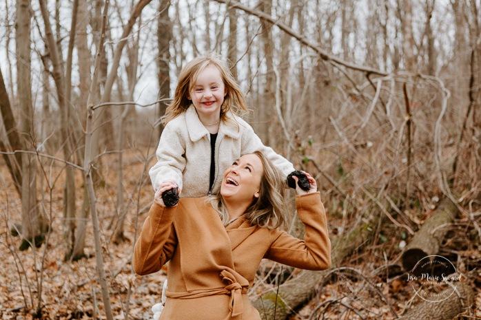 Mom playing with young daughter. Maternity photos with sibling. Maternity photos with older child. Photos de maternité dans le Sud-Ouest. Photographe de maternité à Ville-Émard. Montreal Southwest maternity photos.