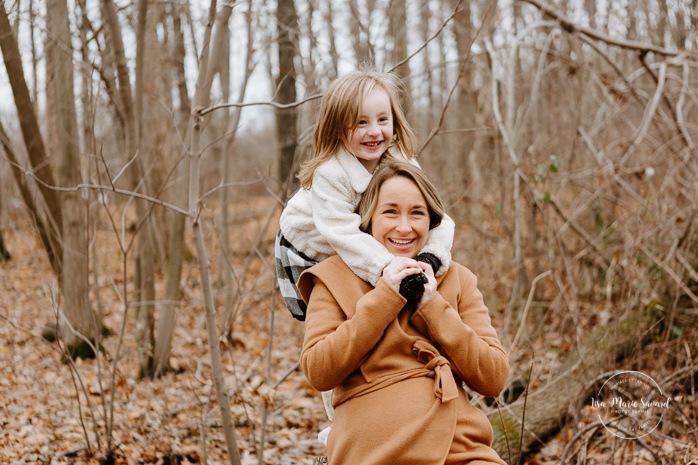 Mom playing with young daughter. Maternity photos with sibling. Maternity photos with older child. Photos de maternité dans le Sud-Ouest. Photographe à Ville-Émard. Montreal Southwest maternity photos.