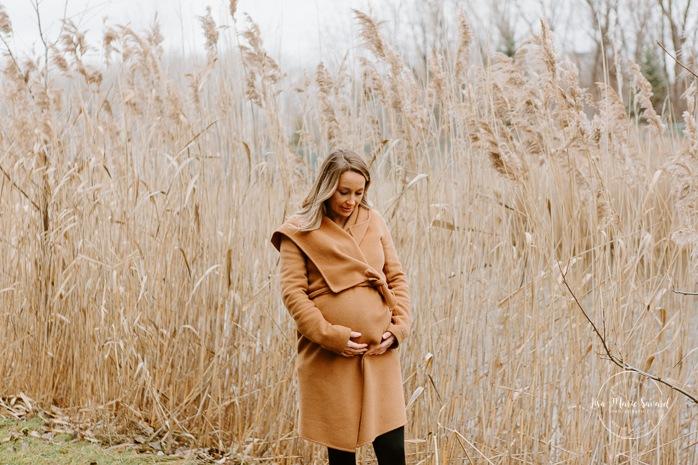 Winter maternity photos without snow. Maternity photos in front of pampas. Maternity photos next to lake. Mom holding belly. Photos de maternité dans le Sud-Ouest. Photographe de maternité à Ville-Émard. Montreal Southwest maternity photos.