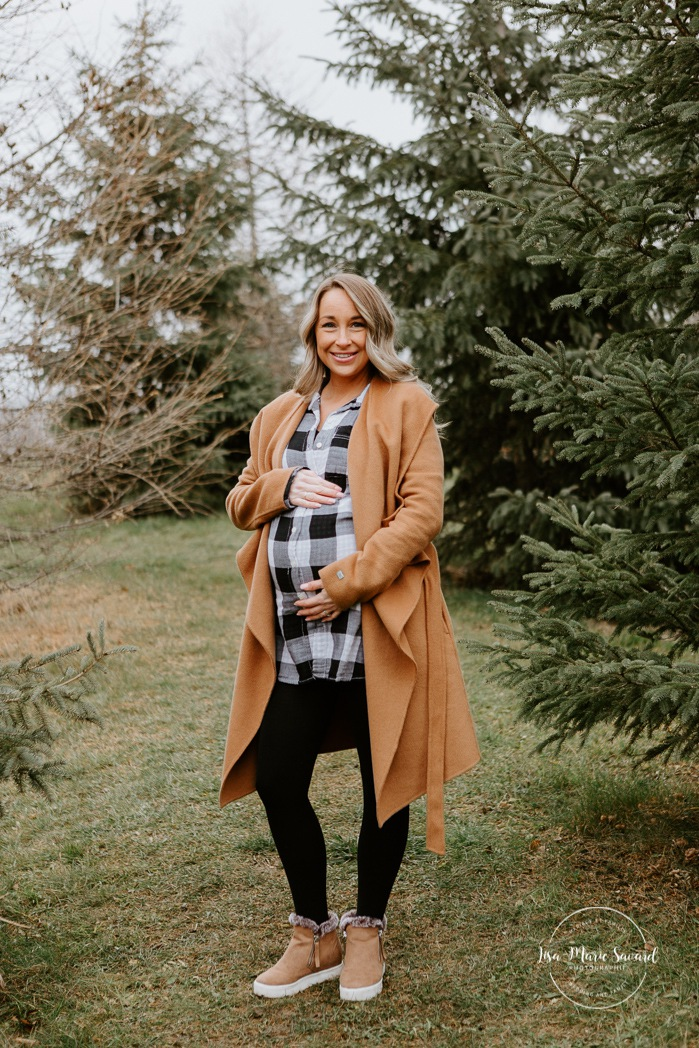 Winter maternity photos without snow. Maternity session at the park. Mom holding belly. Photographe à Ville-Émard. Montreal Southwest maternity photos.