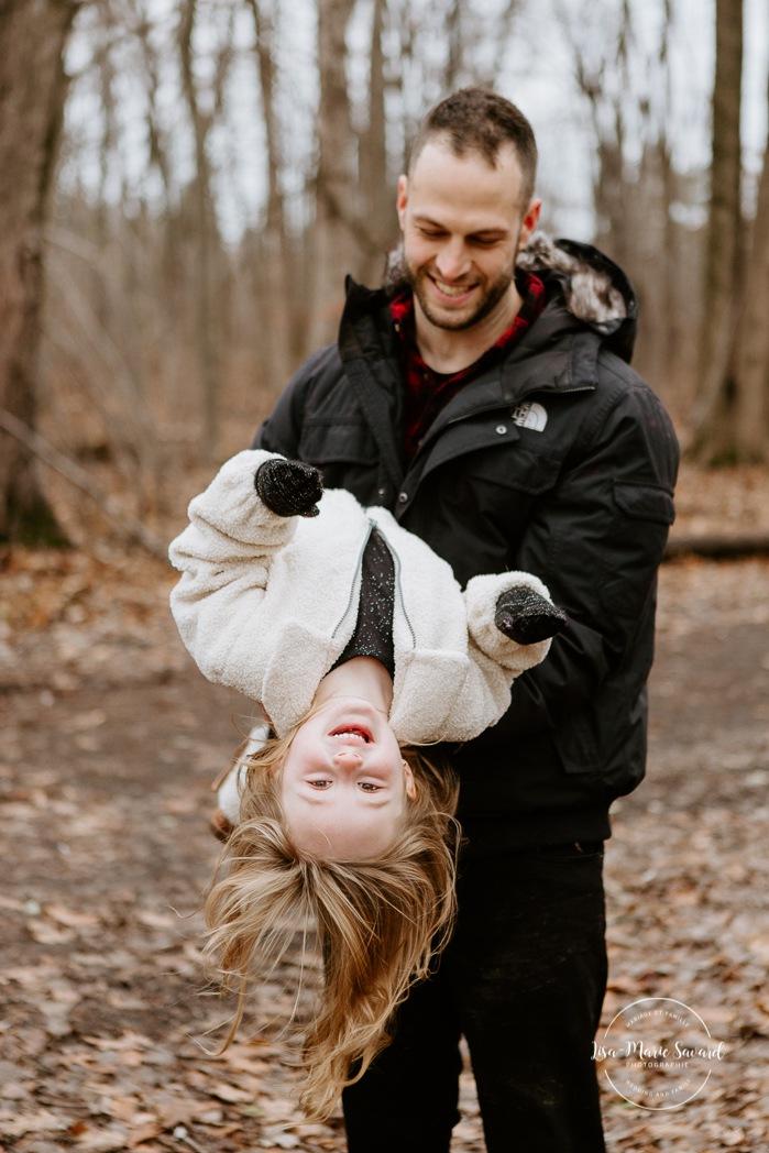 Dad playing with young daughter. Maternity photos with sibling. Maternity photos with older child. Photos de maternité dans le Sud-Ouest. Photographe de maternité à Ville-Émard. Montreal Southwest maternity photos.