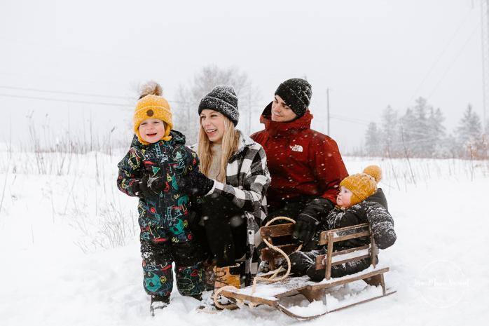 Winter family session with sleigh. Family photos in the snow. Family session with toddlers. Photos de famille dans la neige en hiver. Photographe de famille à Montréal. Montreal family photographer.