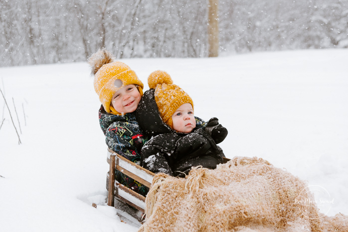 Winter family session with sleigh. Family photos in the snow. Family session with toddlers. Séance familiale en hiver à Montréal. Photographe de famille à Montréal. Montreal family photographer.